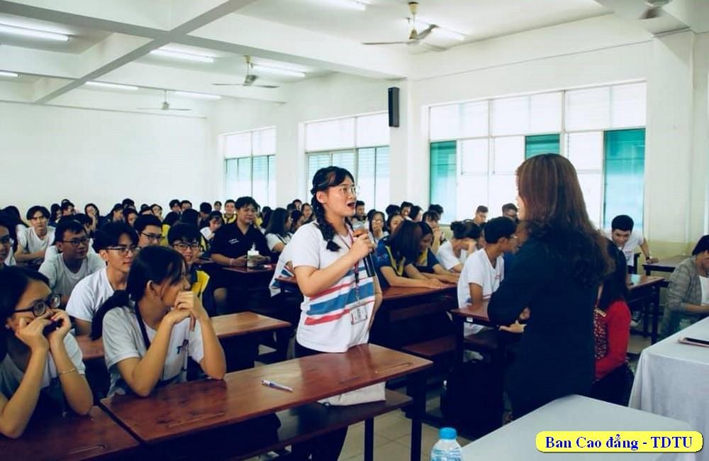 Sinh viên trao đổi vể những trãi nghiệm với nghề du lịch